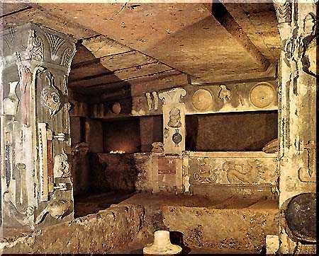 tumba etrusca con relieves